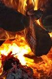 Fuego y ascua ardientes imagenes de archivo