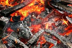 Fuego y ascuas fotografía de archivo