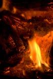 Fuego y ascuas que brillan intensamente Imágenes de archivo libres de regalías