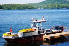 Fuego y bote de salvamento en el puerto deportivo Foto de archivo