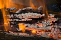 Fuego y carbones Imagenes de archivo