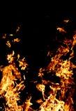 Fuego y chispas en al aire libre en la noche oscuro fotografía de archivo