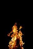 Fuego y chispas en al aire libre en la noche oscuro imagen de archivo libre de regalías