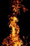 Fuego y chispas en al aire libre en la noche oscuro fotos de archivo