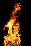 Fuego y chispas en al aire libre en la noche oscuro foto de archivo