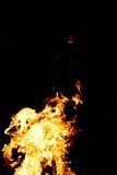 Fuego y chispas en al aire libre en la noche oscuro fotografía de archivo libre de regalías