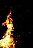 Fuego y chispas en al aire libre en la noche oscuro imagen de archivo