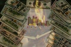 Fuego y dólares, carteleras ardientes del dinero foto de archivo