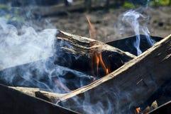 Fuego y humo en un brasero Foto de archivo libre de regalías