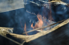 Fuego y humo en un brasero Foto de archivo