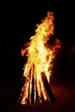 Fuego y leña grandes Imágenes de archivo libres de regalías