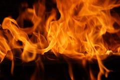 Fuego y llamas ardientes  Imagen de archivo libre de regalías