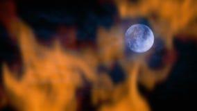 Fuego y luna en la noche