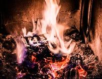 Fuego y madera que queman en estufa vieja con las ascuas Fotografía de archivo libre de regalías