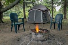 Fuego y tienda que acampan Foto de archivo libre de regalías