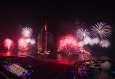 Fuegos artificiales árabes 2016 de la Noche Vieja del al de Burj Imagen de archivo