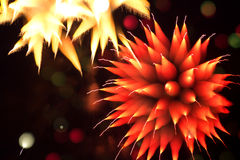 Fuegos artificiales abstractos en el cielo nocturno Fotografía de archivo libre de regalías