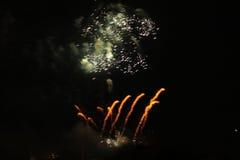 Fuegos artificiales altísimos en la noche imágenes de archivo libres de regalías
