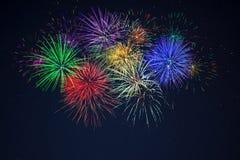 Fuegos artificiales amarillos azules rojos verdes púrpuras de la celebración Foto de archivo