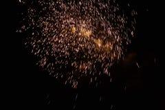 Fuegos artificiales amarillos de la noche Imagenes de archivo