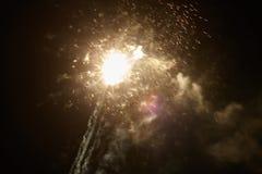 Fuegos artificiales amarillos de la noche Imágenes de archivo libres de regalías