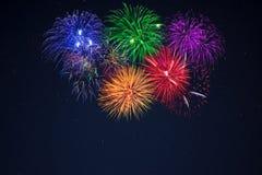 Fuegos artificiales amarillos rojos púrpuras de la celebración del verde azul Fotografía de archivo libre de regalías