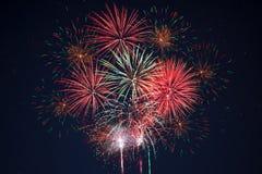 Fuegos artificiales amarillos verdes rojos chispeantes de la celebración Fotos de archivo libres de regalías