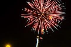 Fuegos artificiales amarillos verdes rojos chispeantes de la celebración sobre el cielo estrellado Día de la Independencia, 4to d Foto de archivo libre de regalías