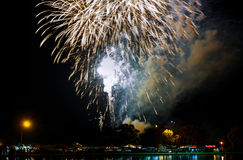 Fuegos artificiales amarillos verdes rojos chispeantes de la celebración sobre el cielo estrellado Día de la Independencia, 4to d Imagen de archivo
