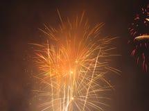 Fuegos artificiales anaranjados y amarillos Fotografía de archivo libre de regalías