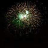 Fuegos artificiales asombrosos coloridos de oro verdes Imagenes de archivo