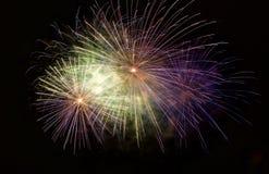 Fuegos artificiales asombrosos multicolores aislados en cierre oscuro del fondo para arriba con el lugar para el texto, festival  Fotos de archivo libres de regalías
