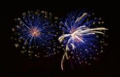 Fuegos artificiales azules coloridos fondo, fuegos artificiales festival, Día de la Independencia, el 4 de junio, libertad Imagen de archivo