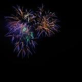 Fuegos artificiales azules de oro hermosos de la celebración imagen de archivo