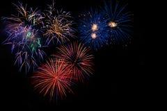 Fuegos artificiales azules de oro rojos coloridos Imágenes de archivo libres de regalías