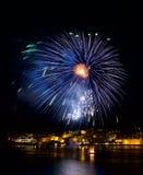 Fuegos artificiales azules en el festival de los fuegos artificiales de La Valeta, festival de los fuegos artificiales de Malta,  Fotos de archivo