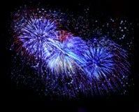 Fuegos artificiales azules hermosos en un cielo nocturno Fotos de archivo libres de regalías