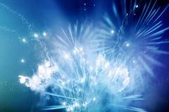 Fuegos artificiales azules y blancos brillantes Fotos de archivo