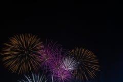 Fuegos artificiales brillantemente coloridos en el cielo nocturno Celebrati del Año Nuevo Imagen de archivo
