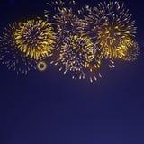 Fuegos artificiales brillantemente coloridos en el fondo crepuscular stock de ilustración