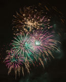Fuegos artificiales brillantemente coloridos y saludo de diversos colores en Foto de archivo