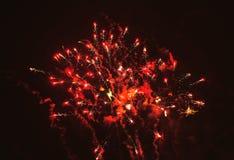 Fuegos artificiales brillantes de la noche Fotos de archivo libres de regalías
