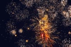 Fuegos artificiales brillantes de oro de estallido contra un cielo nocturno Fotografía de archivo libre de regalías