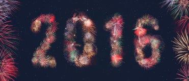 Fuegos artificiales brillantes 2016 en el cielo en Año Nuevo Fotos de archivo libres de regalías