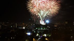 Fuegos artificiales brillantes en el cielo nocturno en Armenia, Ereván fotografía de archivo