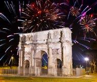 Fuegos artificiales celebradores sobre arco triunfal. Italia. Foto de archivo