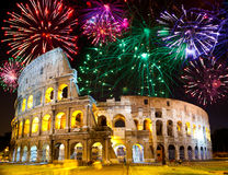 Fuegos artificiales celebradores sobre Collosseo. Italia. Roma
