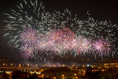 Fuegos artificiales celebradores sobre la ciudad Moscú de la noche Foto de archivo libre de regalías