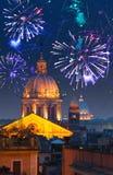 Fuegos artificiales celebradores sobre Roma. Italia. Fotos de archivo