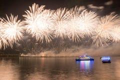 Fuegos artificiales chinos en fondo de la noche imagen de archivo